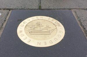 Gouden eeuw munt in trottoir Enkhuizen